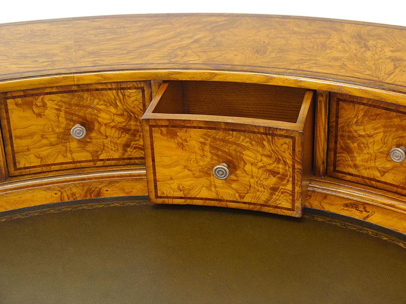 Detailaufnahme einer Schublade mit edlen Bandintarsien
