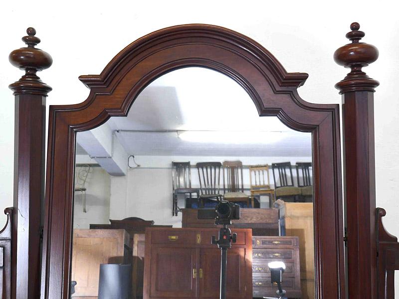 Detailansicht von dem schwenkbaren Spiegel