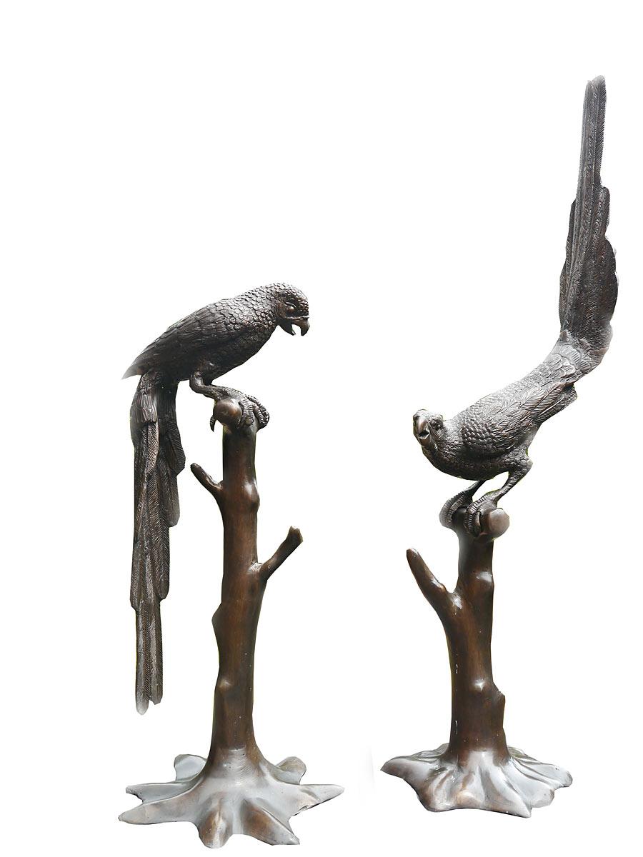 Papageien auf Baumstamm