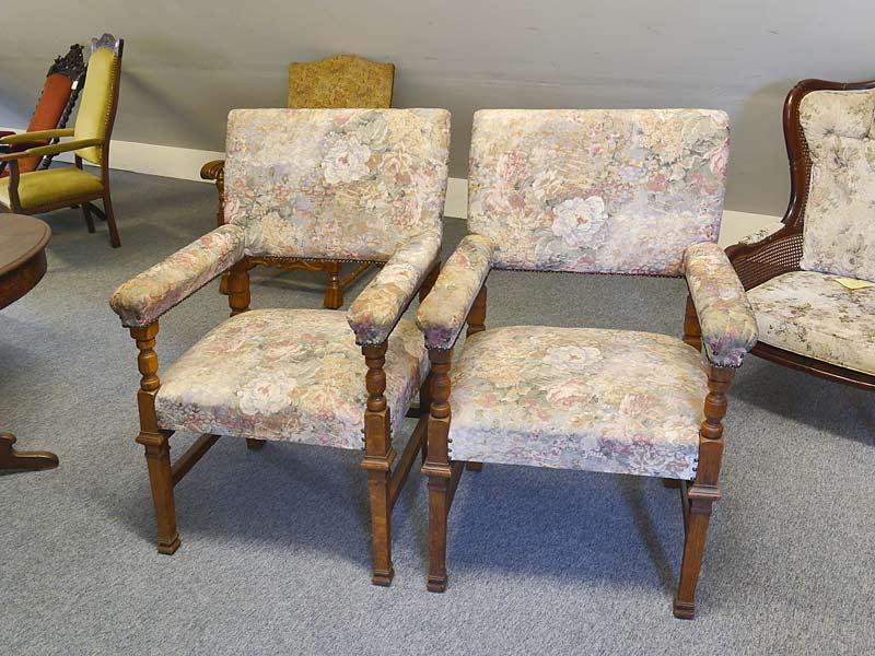 2 antike Armlehnstühle mit Rosenmuster