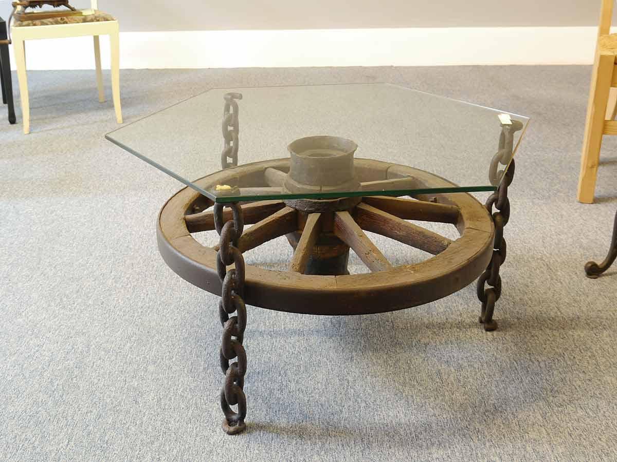 Glastisch mit altem Wagenrad