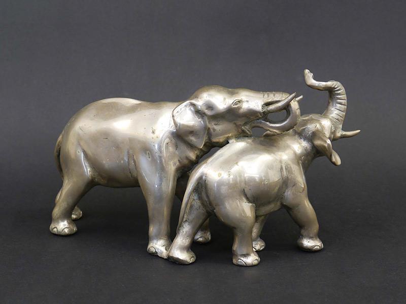 2 spielende Elefanten-Figuren