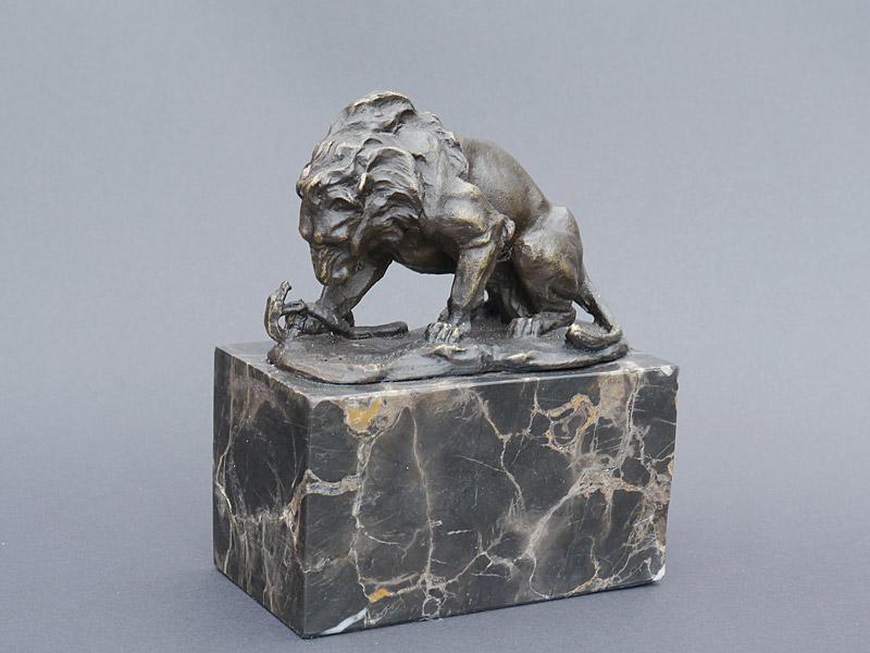 Ausdrucksstarke Figur eines Löwen, der mit einer Schlange kämpft