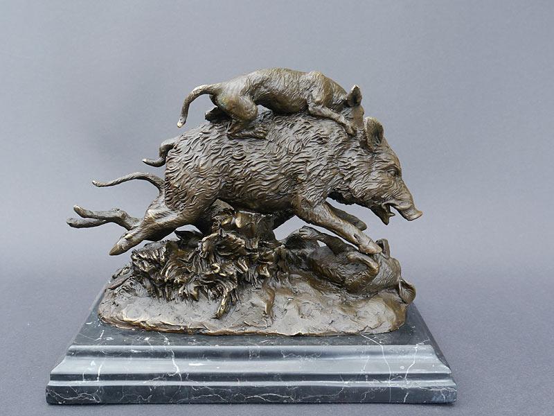 Bronze Figur dreier Jagdhunde beim Kampf mit einem Wildschwein