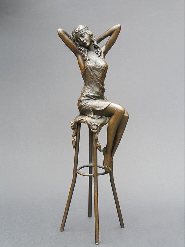 Frau auf einem Barhocker sitzend