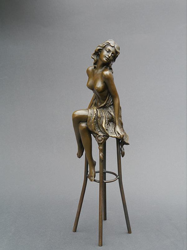 Bronze Figur einer Frau auf einem Barhocker sitzend