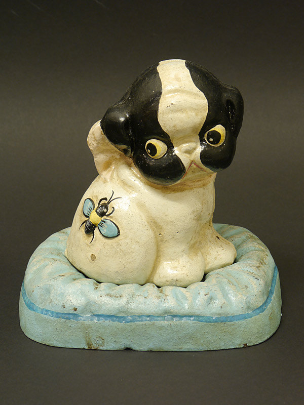 Deko Figur eines jungen Hundes auf einem Kissen
