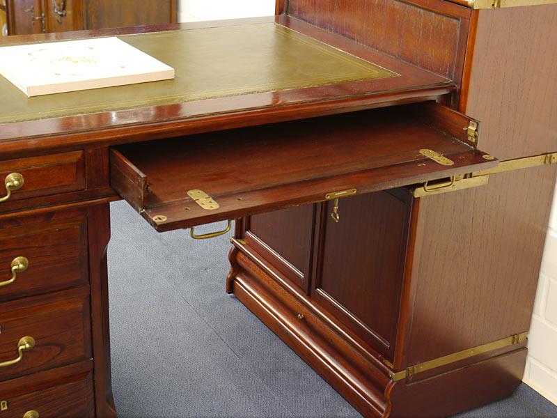 Aufklappbare Schublade für Tastatur u. a.
