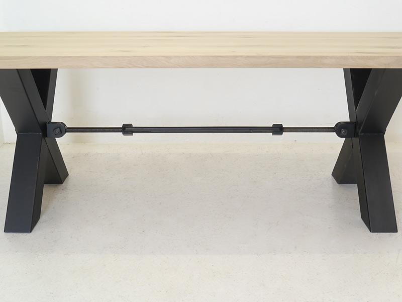 Detailansicht von den X-förmigen Tischbeine
