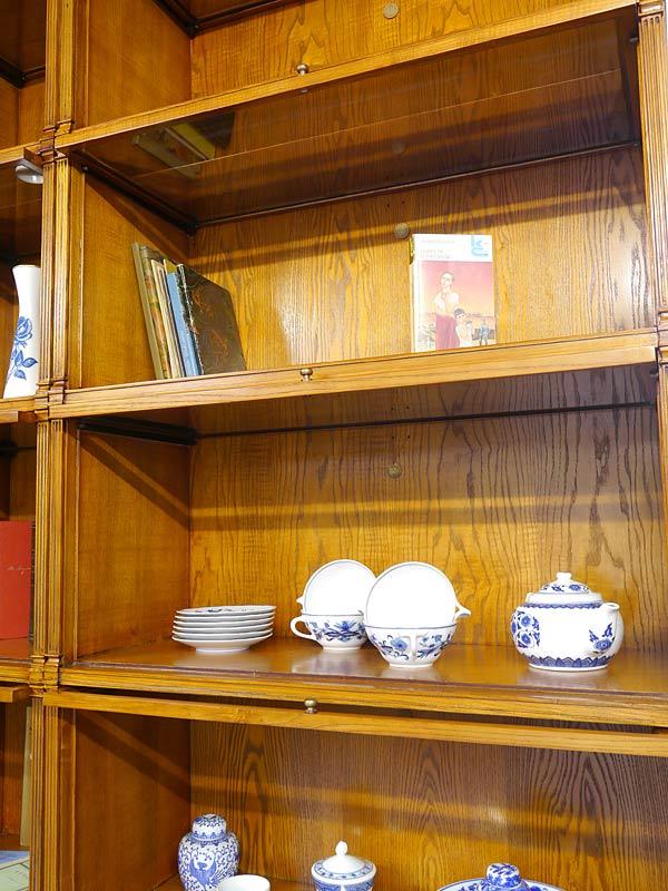 Nahaufnahme vom geöffneten Bücherschrank