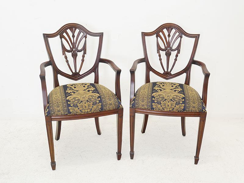 2 Armlehnstühle im englischen Stil aus Massivholz