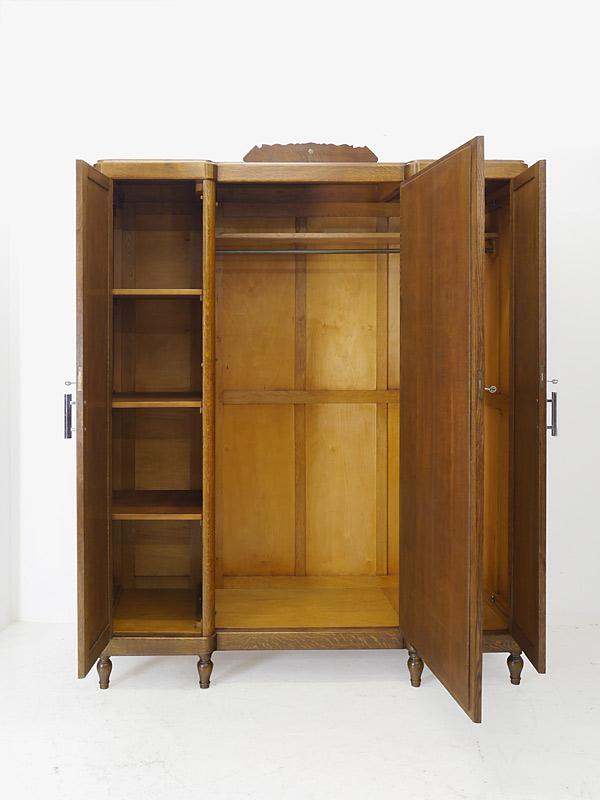 Kleiderschrank mit geöffneten Türen