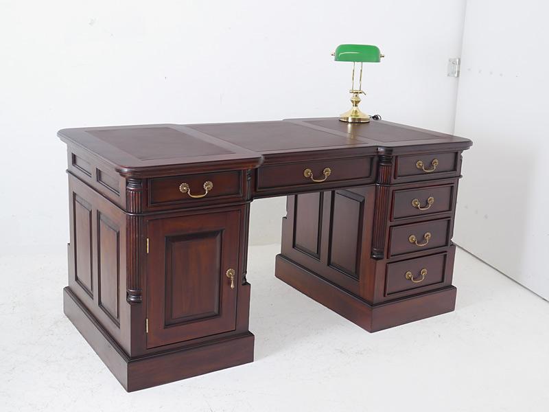 Schreibtisch aus Massivholz im dunklen Nussbaum-Farbton