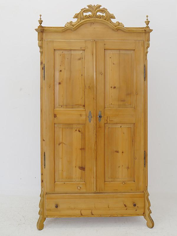 Der Schrank ist aus Weichholz gefertigt