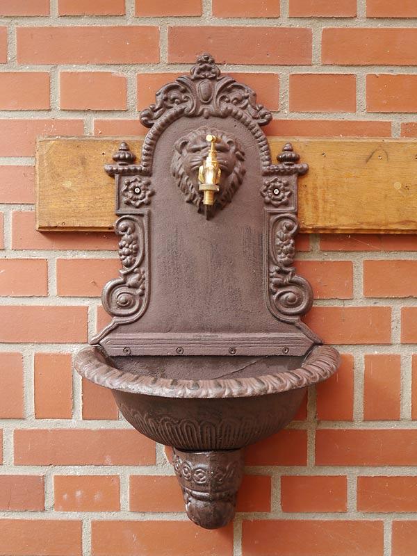 Brunnen aus Gusseisen in rostbraun