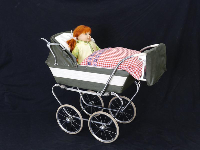 Puppenwagen mit Puppe und Bettzeug
