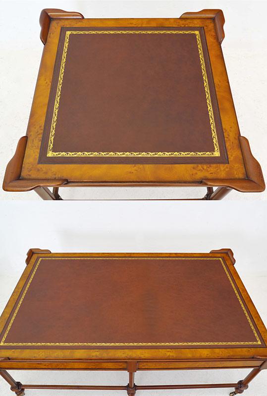Draufsicht auf die Tischfläche mit weinrotem Echtler und Goldprägung