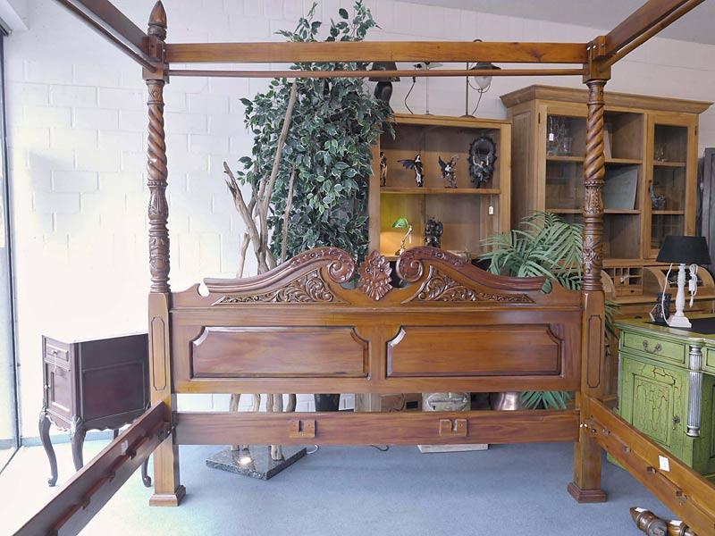 Das Bett ist im antiken Stil gefertigt