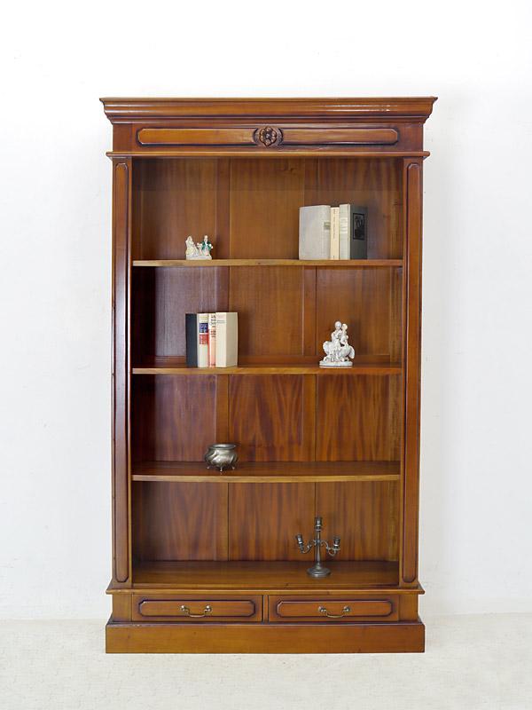 Das Bücherregal ist im hellen Nussbaumfarbton lackiert