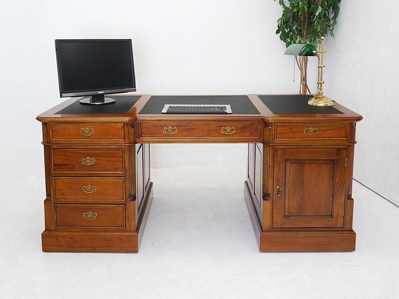 Der Partner-Schreibtisch ist im hellen Nussbaumfarbton lackiert