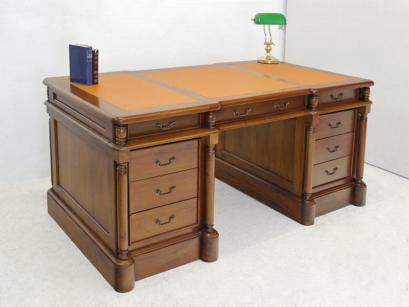 Der Schreibtisch ist aus Massivholz gefertigt