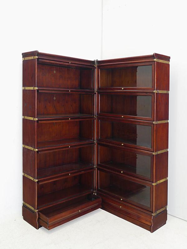 Geöffnete Klapp-Türen und Schublade