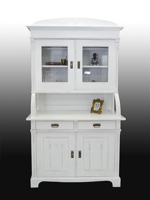 Der Küchenschrank ist aus Weichholz gefertigt
