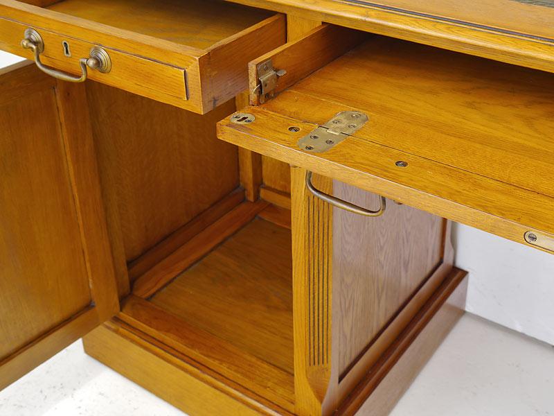 Detailansicht von der aufklappbare Tastatur-Schublade
