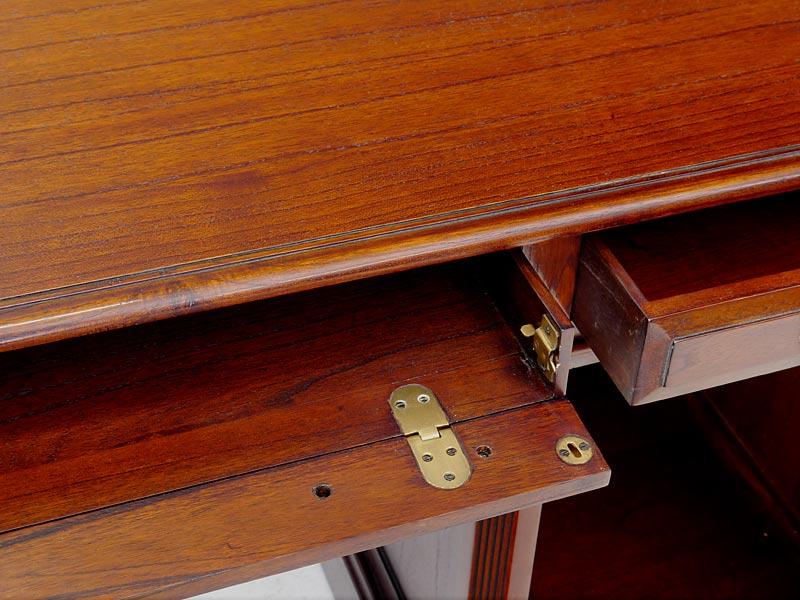 Nahaufnahme von der aufklappbaren Tastatur-Schublade