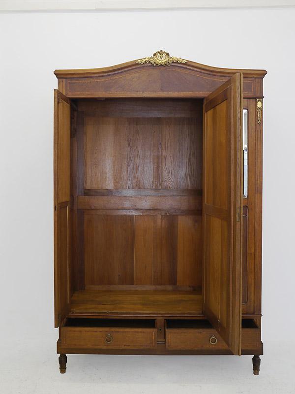 Dielenschrank mit geöffneten Türen und Schubladen