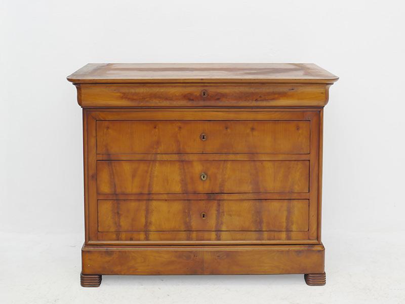 Das Möbel ist aus Kirschbaum furniert gefertigt