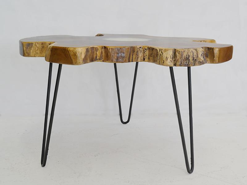 Der Tisch steht auf drei Metallbeine
