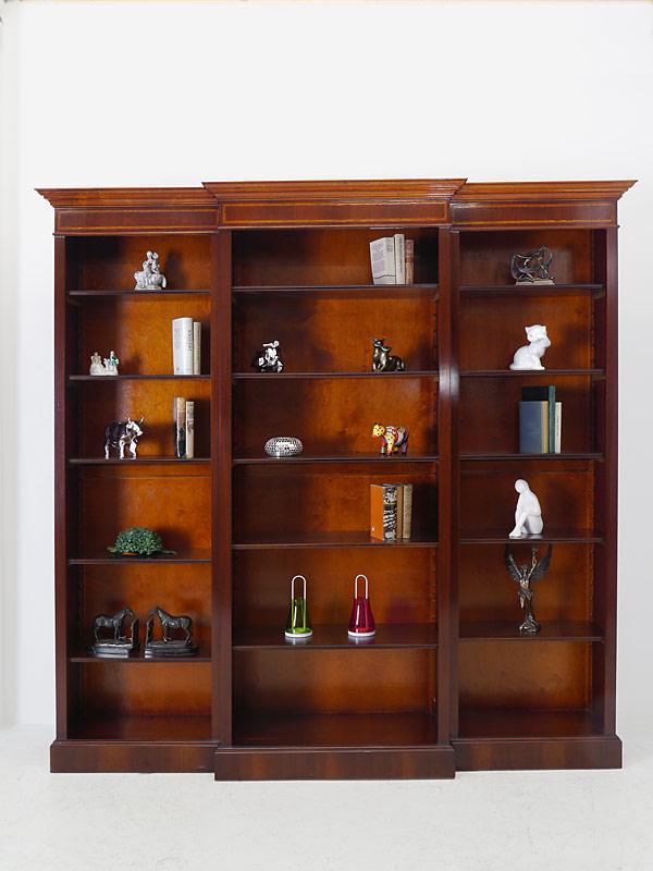 Das Bücherregal ist mit 15 Einlegeböden ausgestattet
