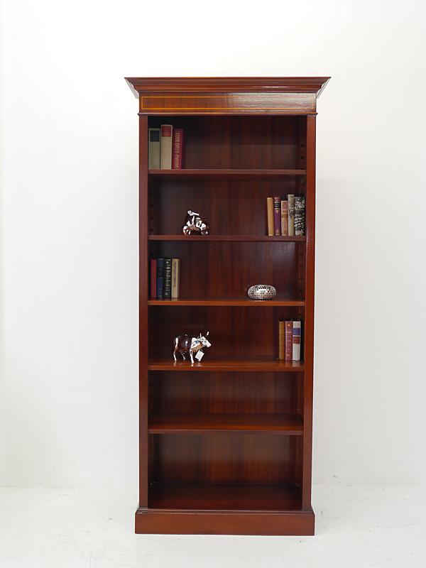 Das Bücherregal ist mit edlen Bandintarsien verziert