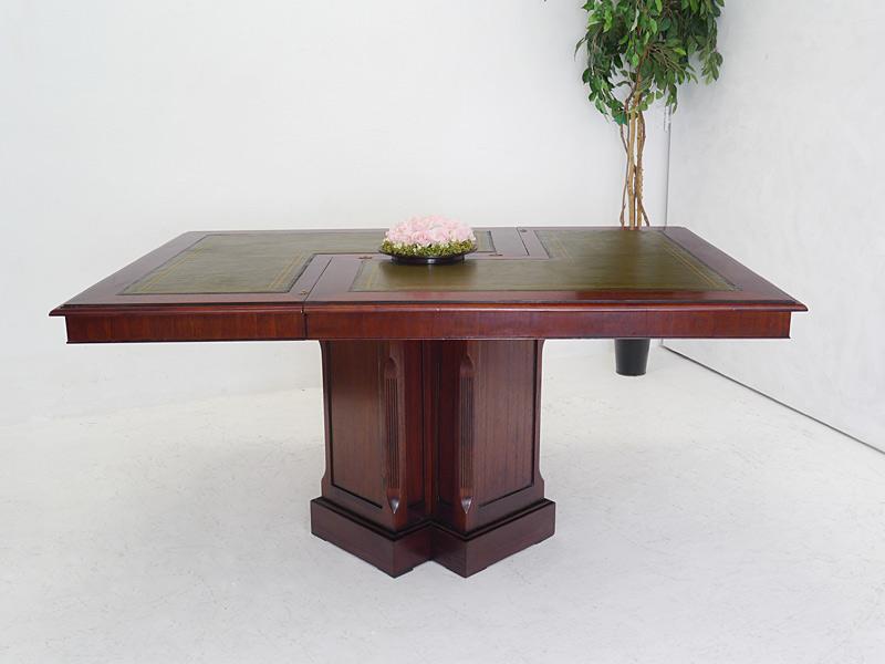 Tisch mit grüner Echtlederauflage