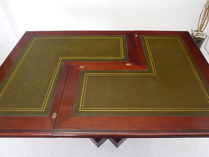 Tischfläche mit grüne Lederauflage mit Goldprägung
