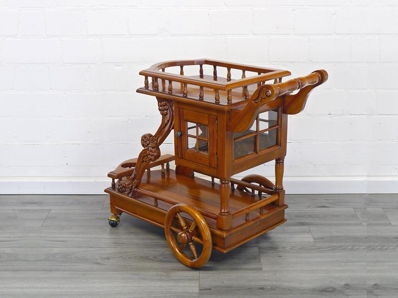 Teewagen im antiken Stil
