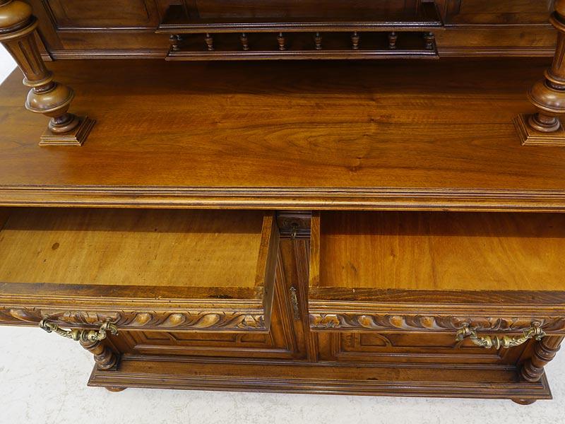 Deckplatte und Innenbereich der geöffneten Schubladen