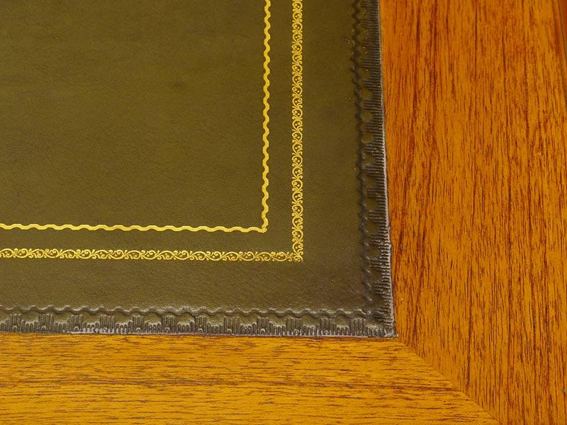 Detailaufnahme der Lederoberfläche mit Goldprägung