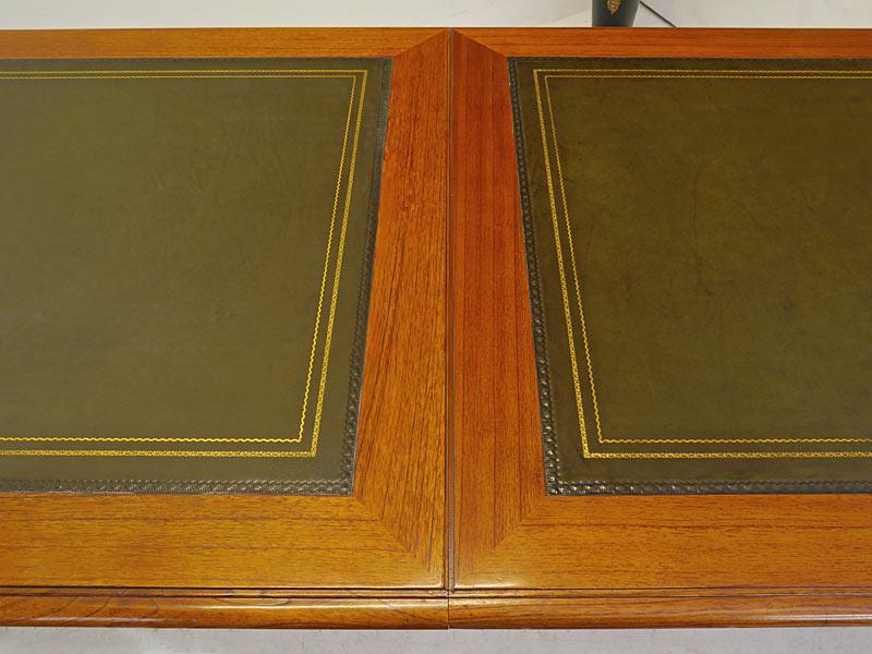 Tischoberfläche mit grünem Echtleder