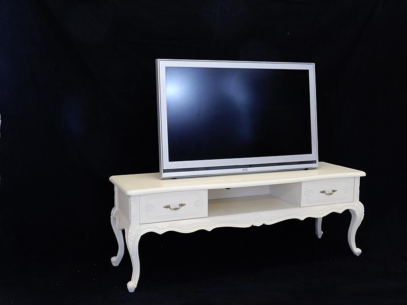 Der TV-Schrank ist in creme-weiß gefertigt