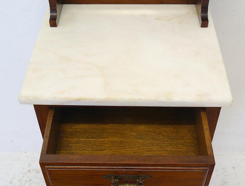 Weiße Marmorplatte und Innenbereich der geöffneten Schublade