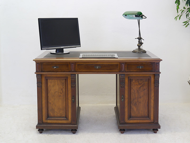 Antiker Schreibtisch aus Nussbaum mit Wurzelholz