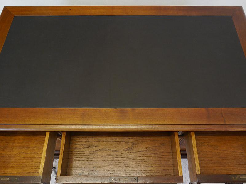 Schreibtischfläche mit neuer Lederauflage in schwarz