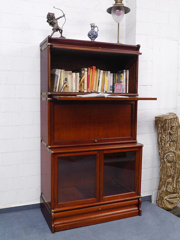 Bücherregal mit herausziehbare Ablagefläche