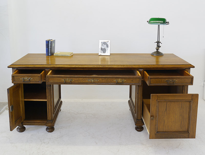 Das Schreibmöbel mit geöffneten Schubladen und Türen