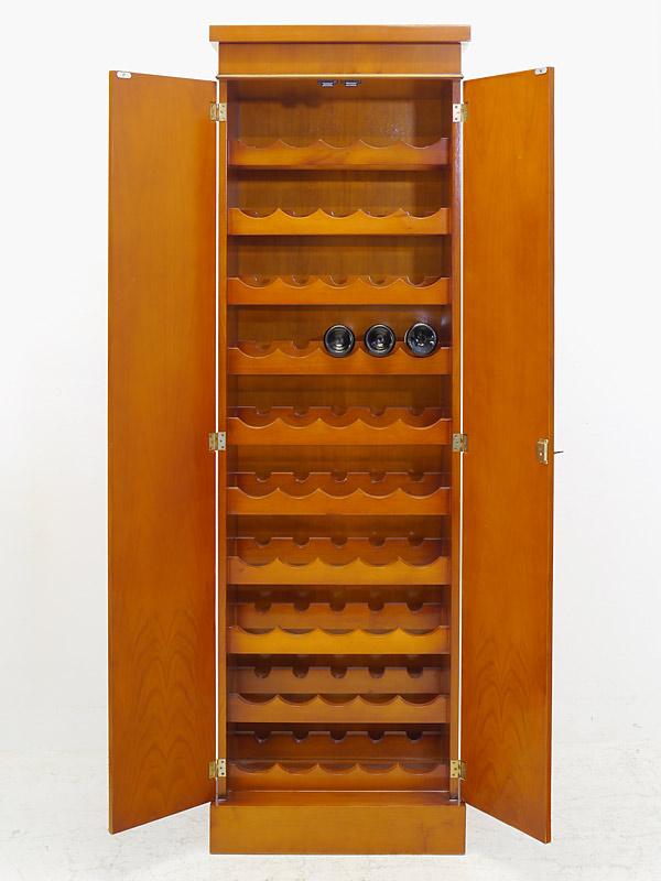 Weinschrank mit geöffneten Türen
