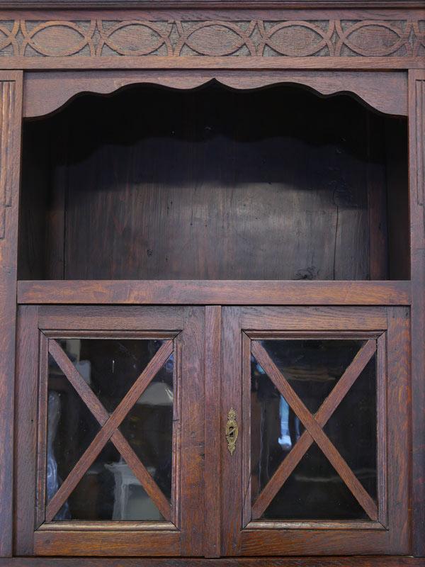 Nahaufnahme von dem Regalfach und Glastüren