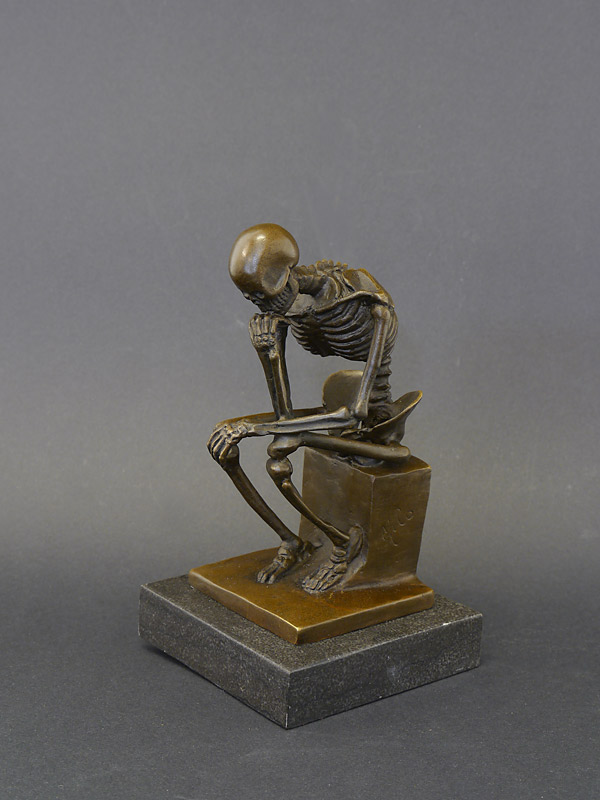 Die Figur steht auf einem edlen Marmorsockel