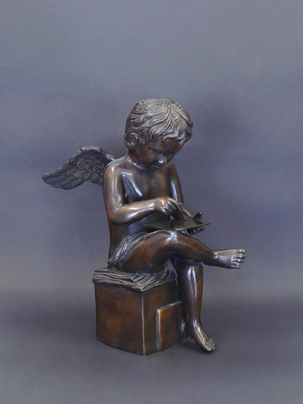 sitzender Engel am lesen